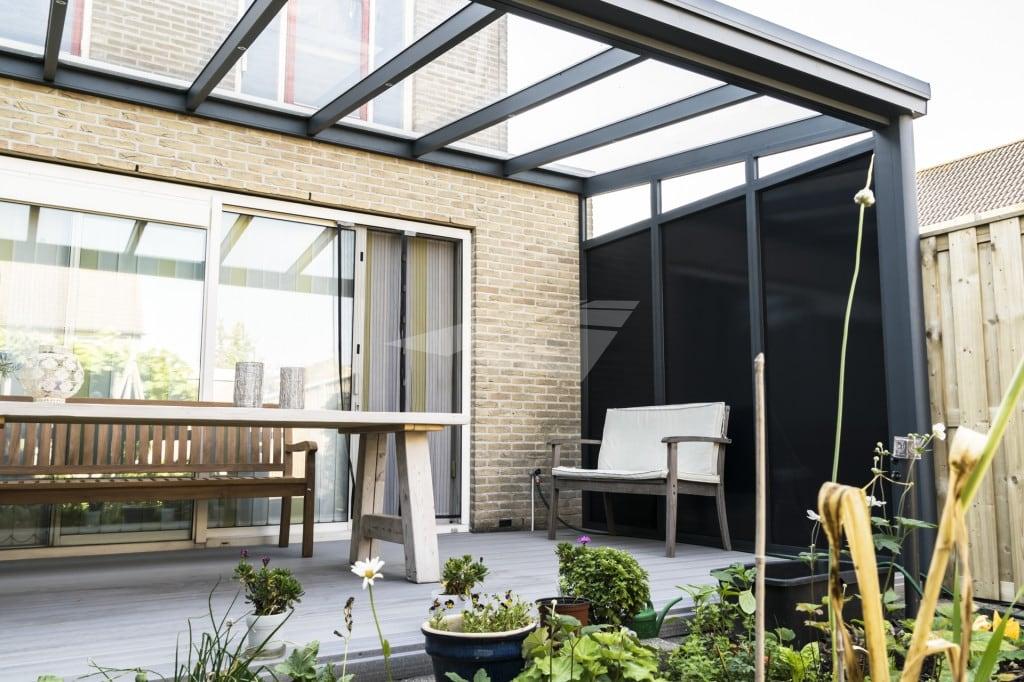 Veranda met zijwand en glazen dak