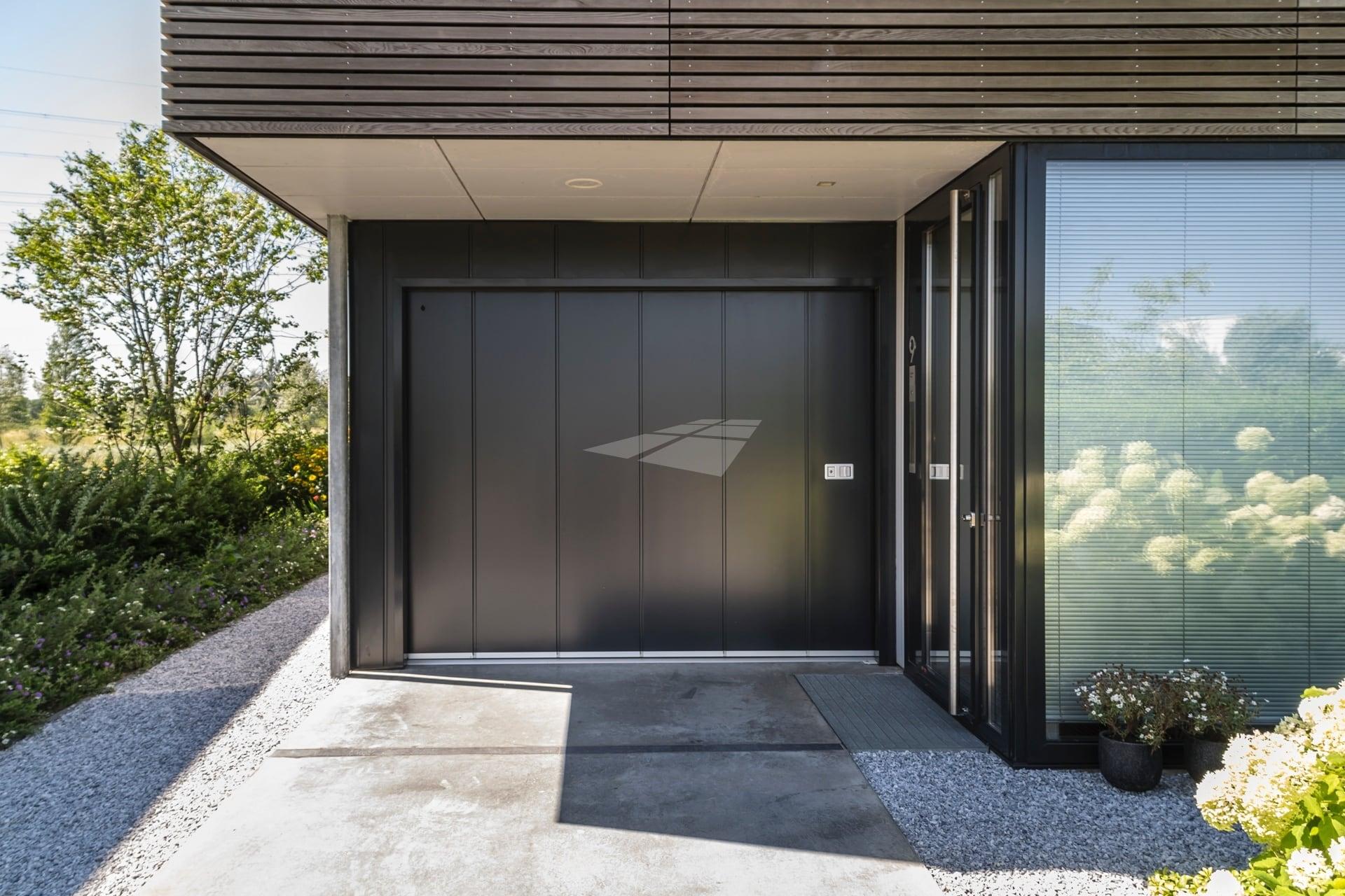 Select Windows kunststof kozijnen - Hörmann garagedeur antraciet metallic - referentie garagedeur Amsterdam