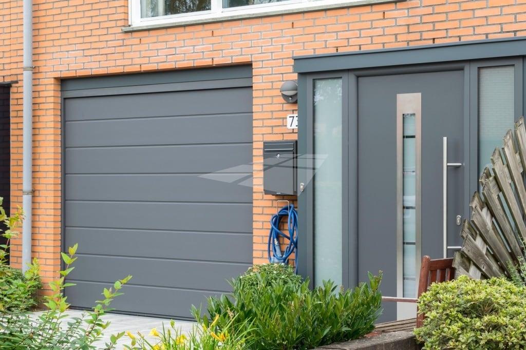 Elektrische garagedeur met M profilering