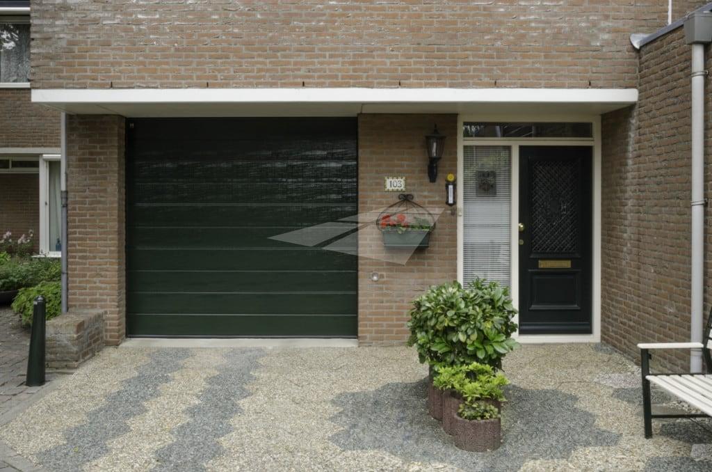 Groene garagedeur met woodgrain structuur