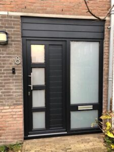 Select Windows Kunststof Kozijnen - Zwarte Kunststof Voordeur van Schüco