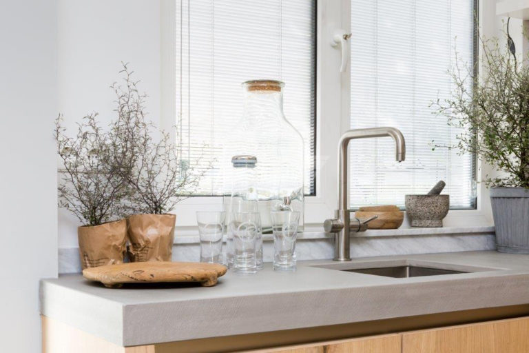 Select Windows kunststof draaikiepramen in de keuken met jaloezieën tussen isolatieglas screenline vtwonen