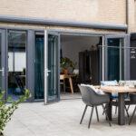 Select Windows Kunststof Kozijnen - kunststof openslaande tuindeuren bij vtwonen 'weer verliefd op je tuin' - zomerse kunststof kozijnen