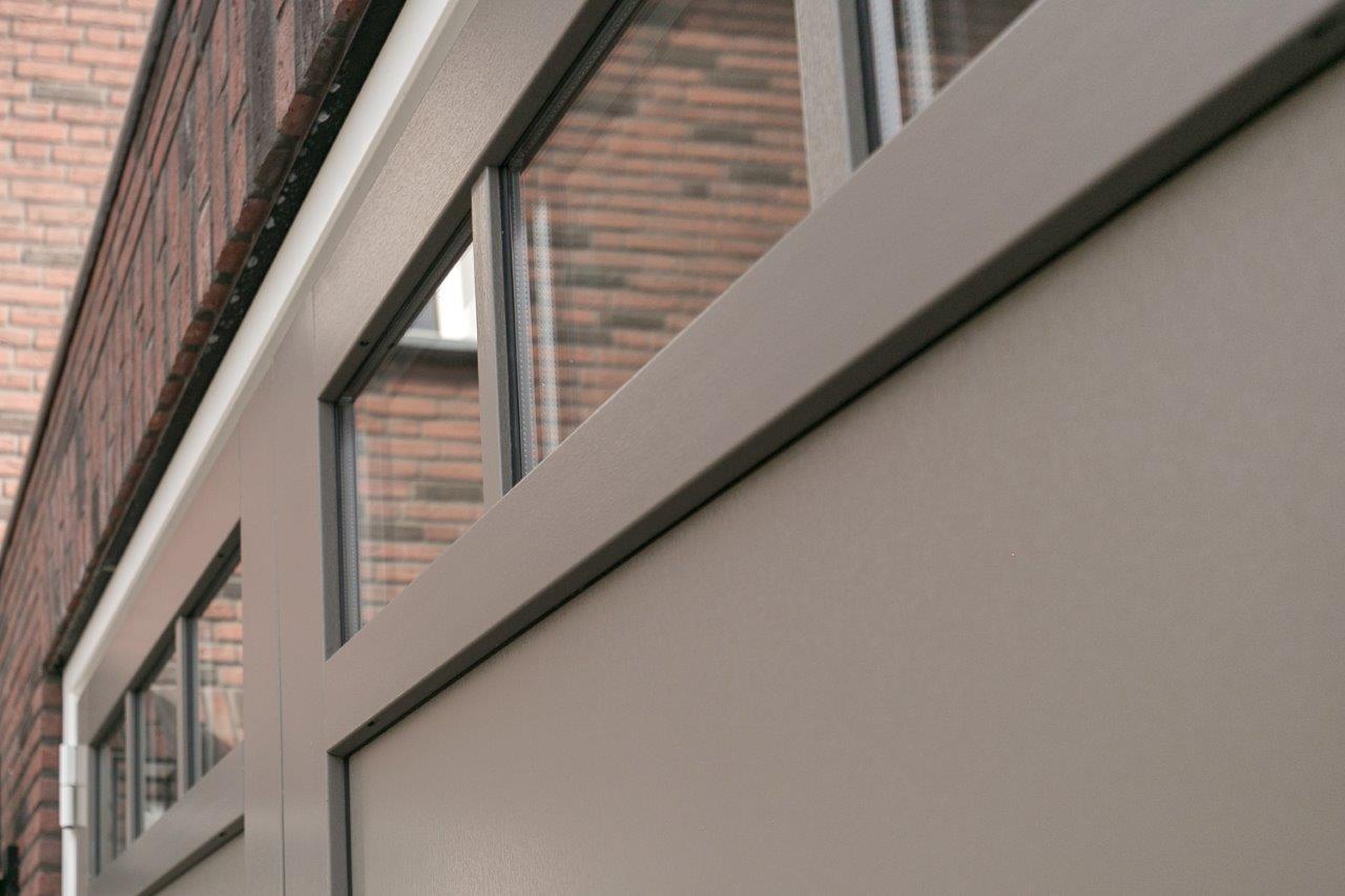 Select Windows Referentie Rijsbergen - Kunststof kozijnen in nieuwbouwwoning - kunststof garagedeur detail