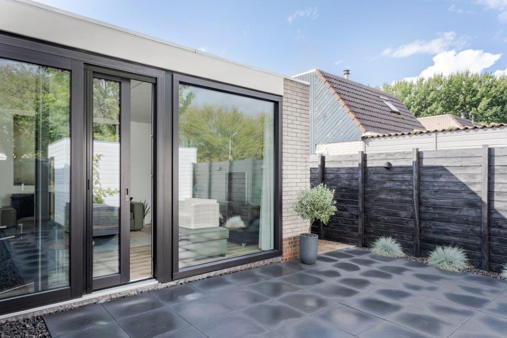 Select Windows Kunststof kozijnen - referentie Leeuwarden - kunststof raam en zwarte kunststof schuifpui - Select Windows Energie Kozijn