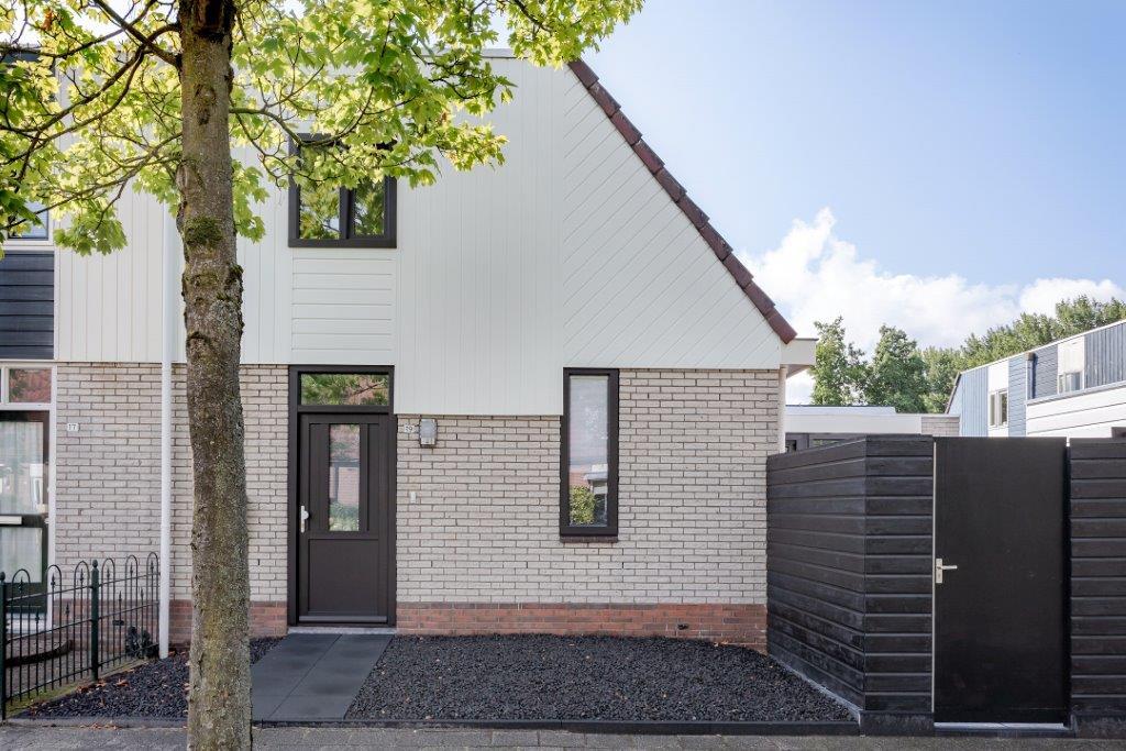 Select Windows Kunststof kozijnen - referentie Leeuwarden - zwarte kunststof voordeur