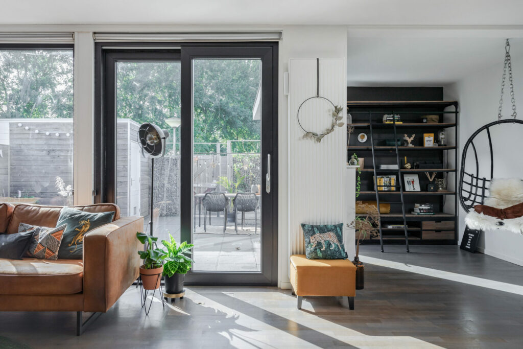 Select Windows Kunststof kozijnen - Referentie Drachten - Trendy zwarte schuifpui in Leeuwarden - vakkundige kozijnrenovatie
