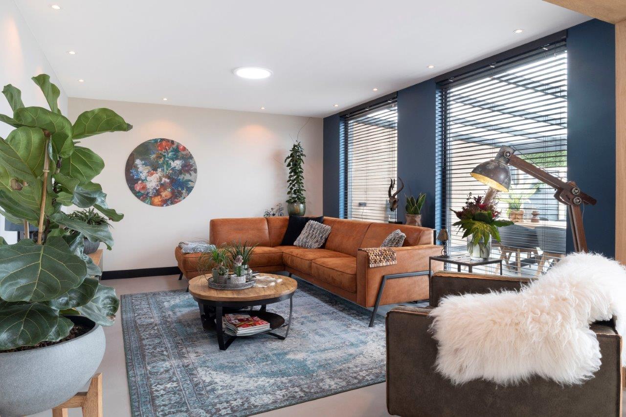Select Windows Kozijnen - Referentie Rozenburg - Zwarte kozijnen van kunststof - vaste ramen in woonkamer
