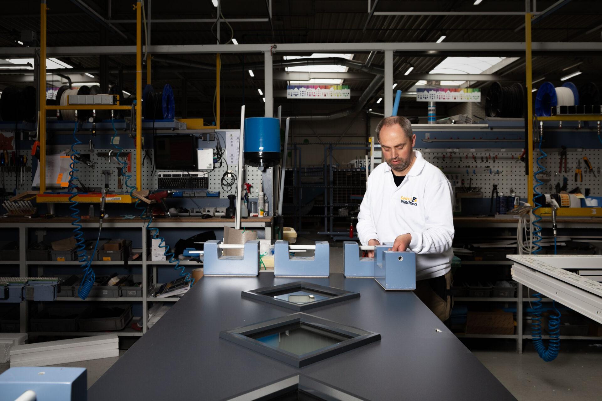 Select Windows Kunststof kozijnen fabriek - productie - voordeur in productie