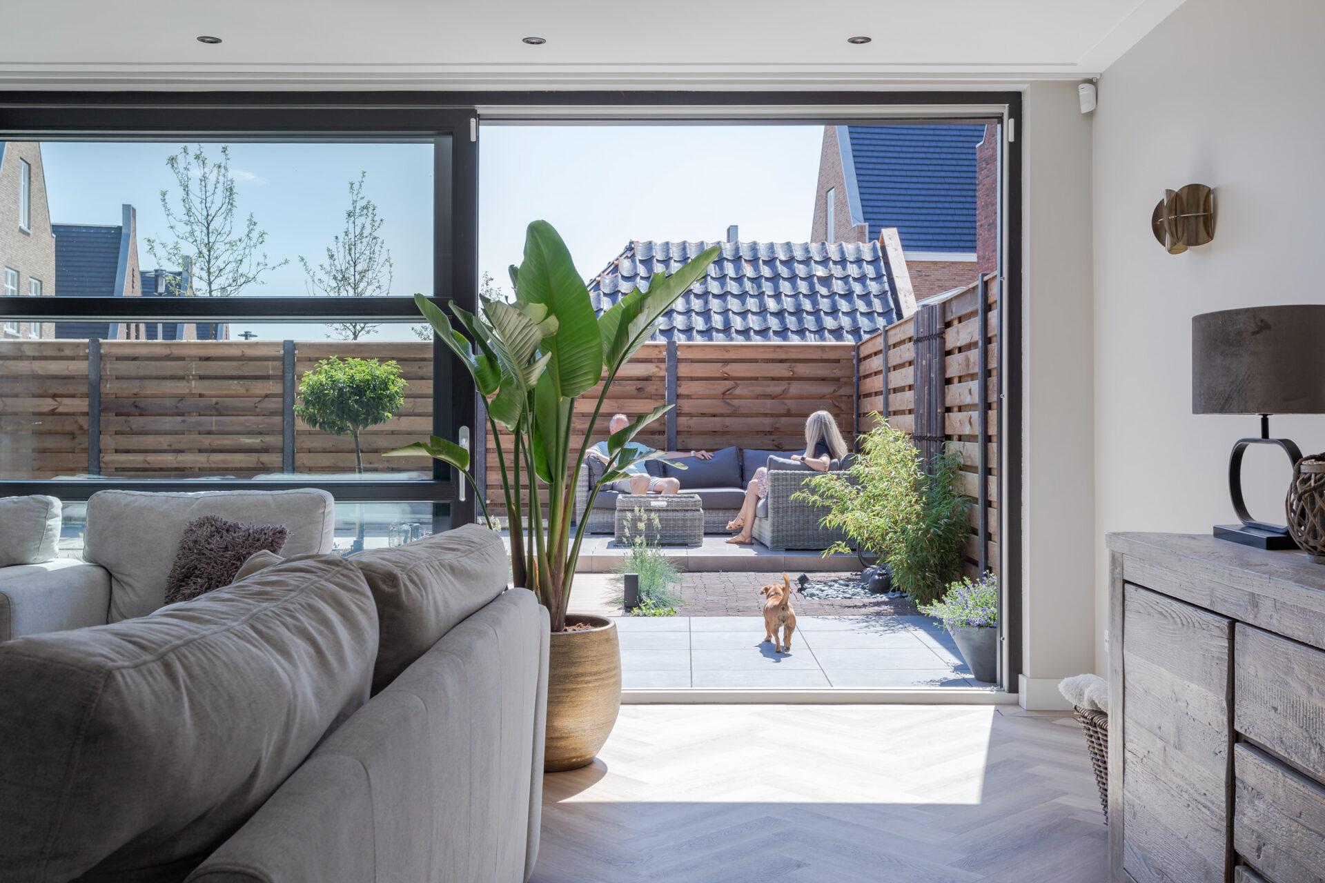 Select Windows Kunststof Kozijnen - Zwarte gevelbrede hefschuifpui - binnenaanzicht open