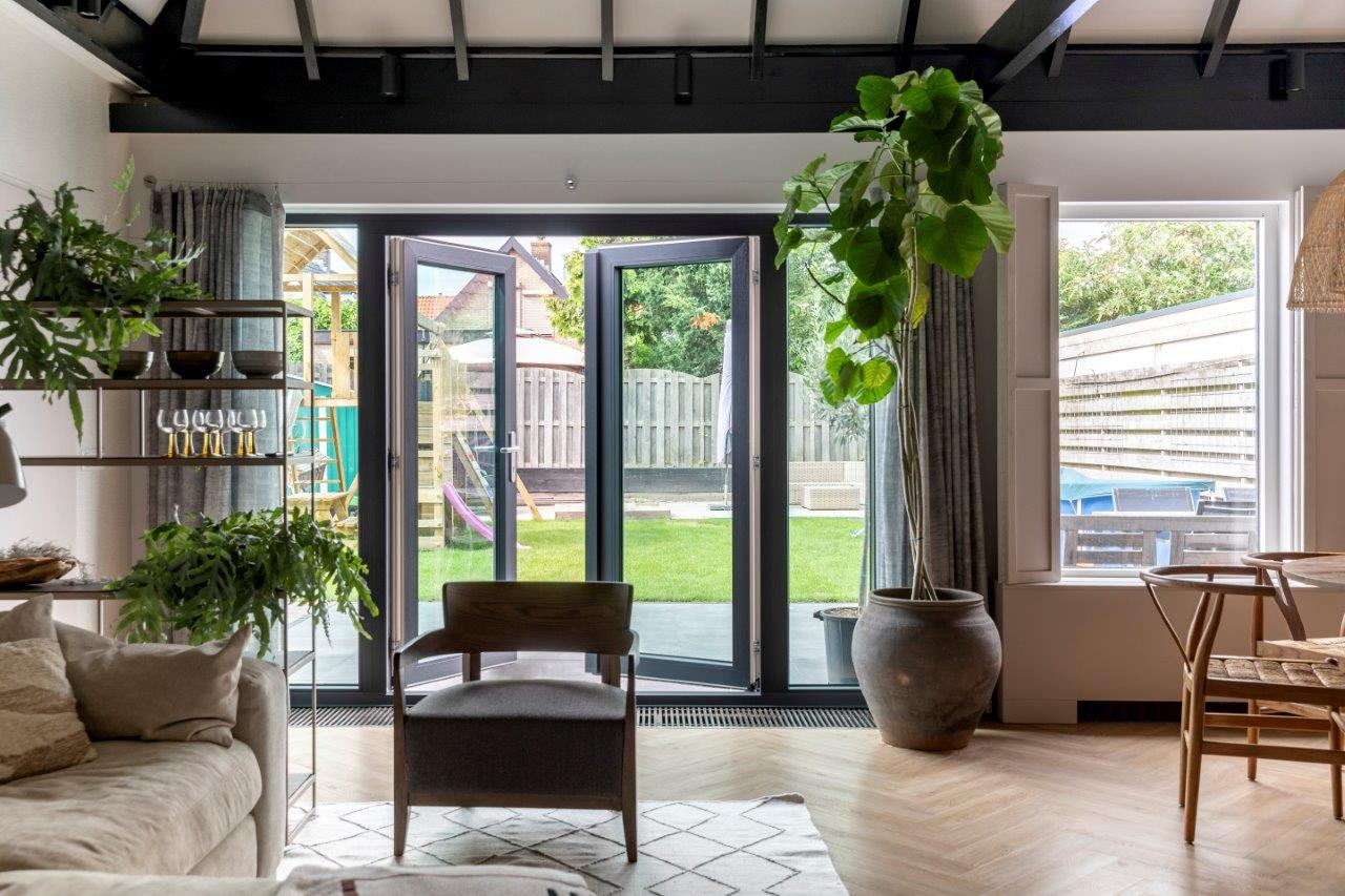 Select Windows Kozijnen - vtwonen weer verliefd op je huis - openslaande tuindeuren met zonwerend glas - binnen deuren open