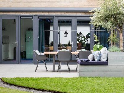 Select Windows Kunststof kozijnen met openslaande deuren in vtwonen weer verliefd op je tuin - kleurrijke kunststof kozijnen - 5 redenen waarom kunststof kozijnen een must zijn - Kunststof kozijnen antraciet grijs