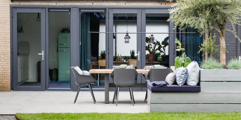 Select Windows Kunststof kozijnen met openslaande deuren in vtwonen weer verliefd op je tuin - kleurrijke kunststof kozijnen - 5 redenen waarom kunststof kozijnen een must zijn