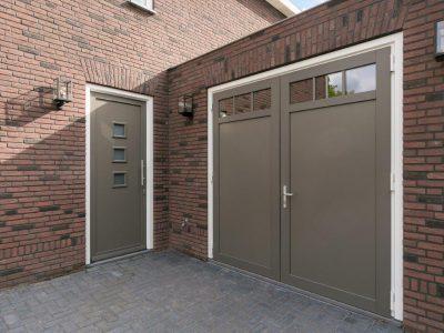 Select Windows Referentie Rijsbergen - Kunststof kozijnen in nieuwbouwwoning - kunststof voordeur en garagedeuren