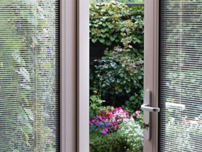 Select Windows Kunststof kozijnen - kunststof tuindeuren met screenline jaloezieën tussen isolatieglas
