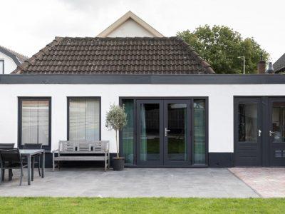Select Windows Kozijnen - vtwonen weer verliefd op je huis - openslaande tuindeuren met zonwerend glas - buitenaanzicht