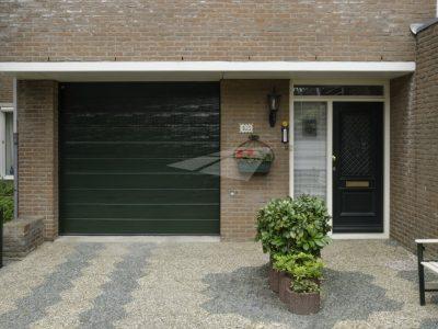 Select Windows kunststof kozijnen - Groene garagedeur met woodgrain structuur