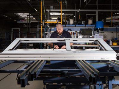 Select Windows Kunststof kozijnen fabriek - productie-voordeur in productie