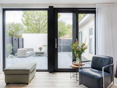 Select Windows Kunststof kozijnen - referentie Leeuwarden - kunststof raam en zwarte kunststof schuifpui met gelaagd isolatieglas en Select Windows Energie Kozijn