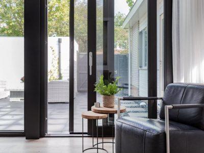 Select Windows Kunststof kozijnen - referentie Leeuwarden - zwarte kunststof schuifpui met hordeur - kunststof kozijnen prijzen